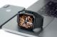 Apple Watch grise sur un MacBook Pro