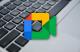 Logo de Google Meet sur un fond de clavier d'ordinateur portable