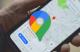 Illustration du logo de Google Maps sur fond d'un smartphone utilisant l'app