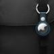 AirTag d'Apple sur un sac noir